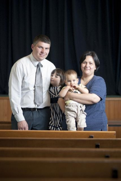 Pastor Petar Pilić sa suprugom Nadom i decom